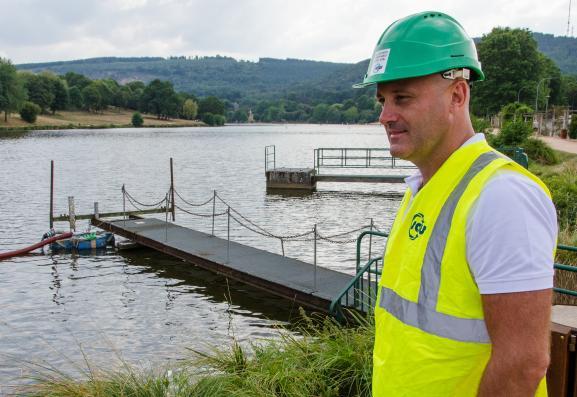 David Tonnelier, chef d\'agence de la Saur, présente le dispositif de pompage de l\'étang de Courtille, le 28 août 2019 à Guéret (Creuse).