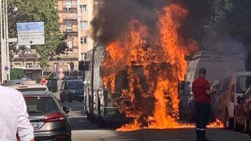 Strasbourg : un bus prend feu à côté des Halles, deux personnes examinées après avoir respiré les fumées