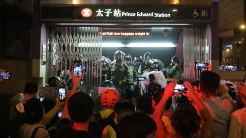 VIDEO. Hong Kong : les manifestants violemment interpellés par la police dans le métro