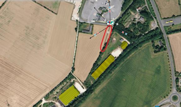 En jaune, les troisespaces d\'élevage de l\'exploitation de Patrick Pilon, à Saint-Longis. Entourée en rouge, la direction de l\'une des antennes Free ajoutées en octobre 2014.