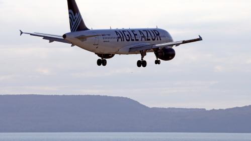 """""""C'est plus qu'un soulagement d'être enfin arrivée"""": la galère des passagers d'Aigle Azur, placée en redressement judiciaire"""