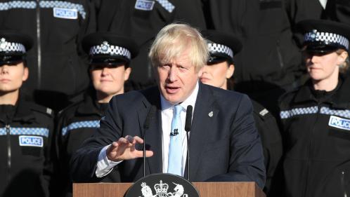 VIDEO. Royaume-Uni : malgré le malaise d'une policière, Boris Johnson poursuit son discours