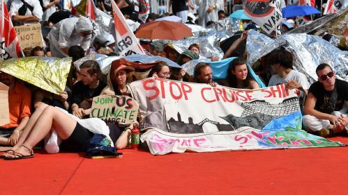 Italie : des manifestants écologistes occupent le tapis rouge du festival de cinéma de Venise