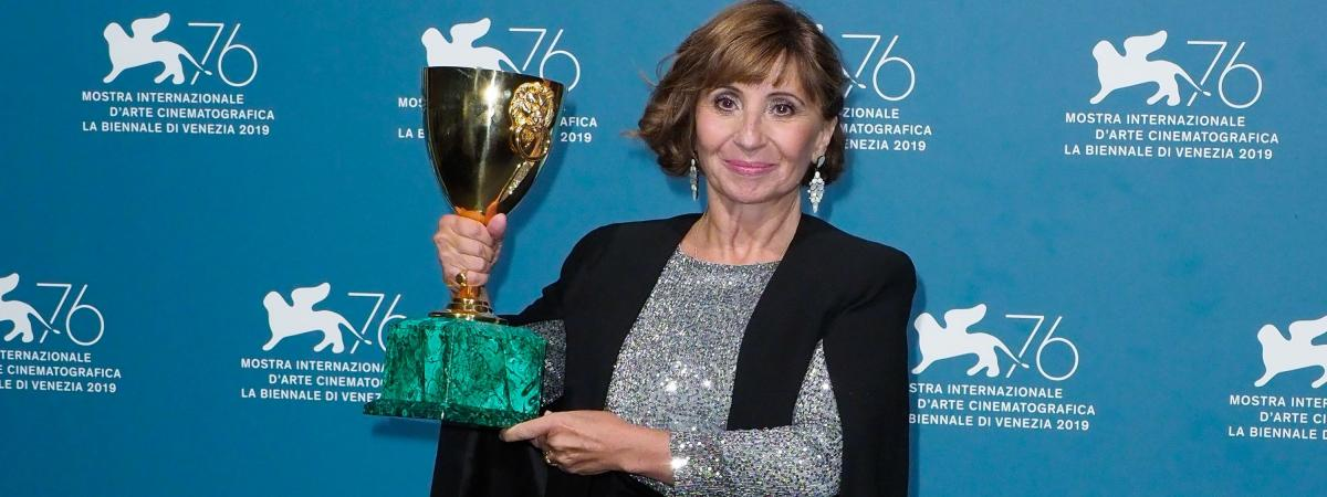 Ariane Ascaride reçoit la coupe Volpi de la meilleure interprète à la Mostra de Venise le 7 septembre 2019