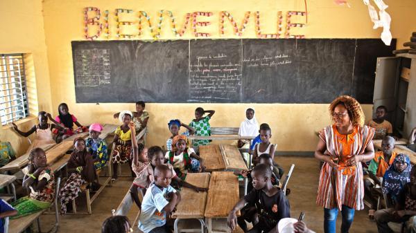 Ecoles attaquées, enrôlement de force, enseignants tués : la radio au secours des élèves africains