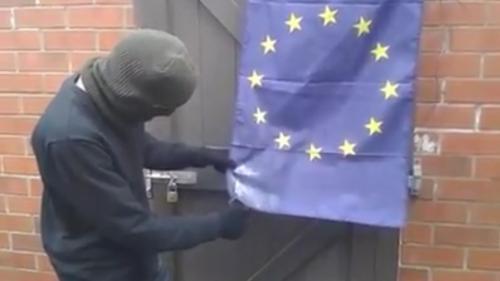 Cette vidéo montre-t-elle vraiment un partisan du Brexit tentant de mettre le feu à un drapeau européen ?