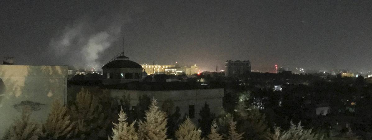 Un nuage de fumée s\'élève près de l\'ambassade des Etats-Unis à Kaboul (Afghanistan), après un tir de roquette, le 11 septembre 2019.