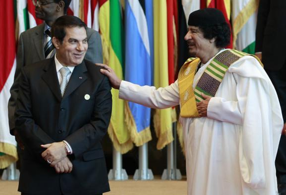 Le président tunisien Zine el-Abidine Ben Ali avec son homologue libyen Mouammar Kadhafi à Tripoli (Libye), le 29 novembre 2010, peu avant la chute de chacun de ces deux dirigeants.