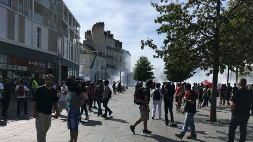 """DIRECT. Manifestations des """"gilets jaunes"""" à Nantes : les vitrines de plusieurs commerces dégradées, la police fait usage de gaz lacrymogènes"""