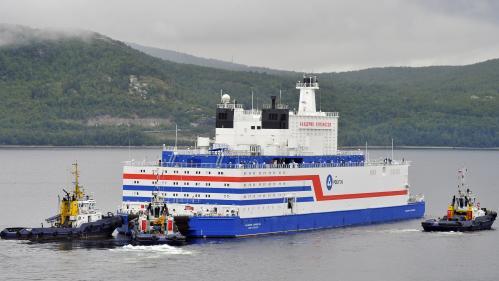La première centrale nucléaire flottante russe est arrivée à destination