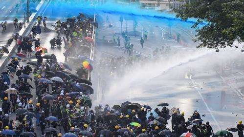 Hong Kong : les manifestants en appellent à Londres et lancent des cocktails Molotov, la police riposte au canon à eau