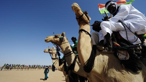 Des Touaregs à dos de dromadaires, pendant la Cure salée dans la région d\'Agadez, le 25 septembre 2010.