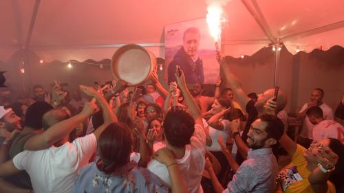 """""""On l'appelle déjà monsieur le président"""" : en Tunisie, les partisans du candidat Nabil Karoui croient en sa victoire malgré son emprisonnement"""