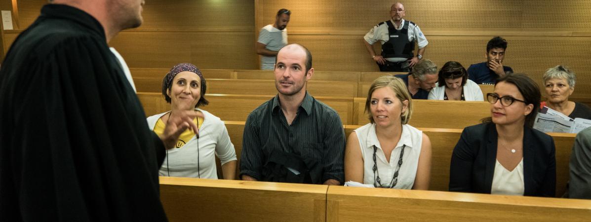 """Les deux\""""décrocheurs\"""" Pierre Goinvic et Fanny Delahalle aux côtés de l\'ancienne ministre Cécile Duflot, lors de leur procès, le 2 septembre 2019 à Lyon (Rhône)."""