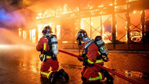 Crachats, insultes, coups à la mâchoire... Des pompiers racontent comment ils sont passés de héros à cibles d'incivilités