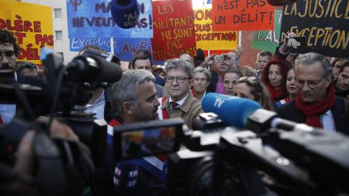 """DIRECT. """"Ne parlez pas si fort"""" : passe d'armes entre Jean-Luc Mélenchon et l'avocat Eric Dupond-Moretti au procès des Insoumis"""
