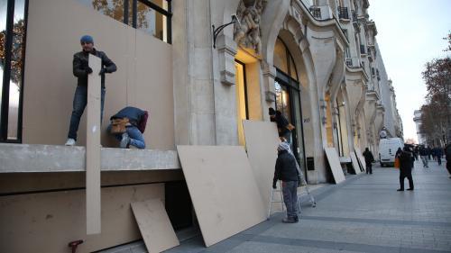 """""""Ça nous coûte 5000 euros pour se barricader"""": les commerçants des Champs-Élysées craignent la 45e manifestation des """"gilets jaunes"""""""