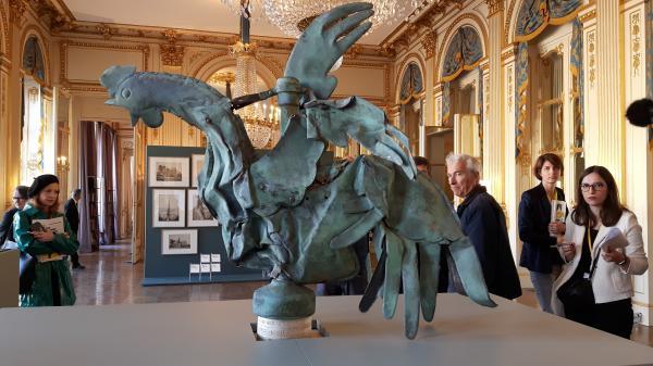 """""""C'est exceptionnel de le voir comme ça"""", le coq miraculé de Notre-Dame de Paris exposé à l'occasion des Journées du patrimoine"""