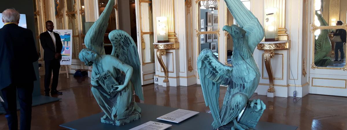 """""""C'est exceptionnel de le voir comme ça"""", le coq miraculé de Notre-Dame de Paris exposé à l'occasion des Jo..."""