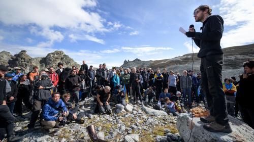 Dérèglement climatique : des Suisses organisent des funérailles pour un glacier disparu