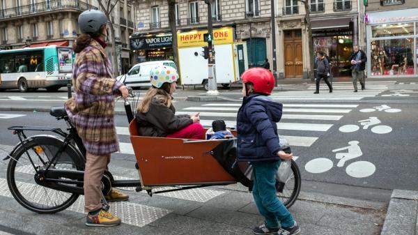 """Journée sans voiture à Paris : """"La pollution est un problème, c'est toujours mieux de faire autrement"""", expliquent des Parisiens qui ont opté pour le vélo au quotidien"""