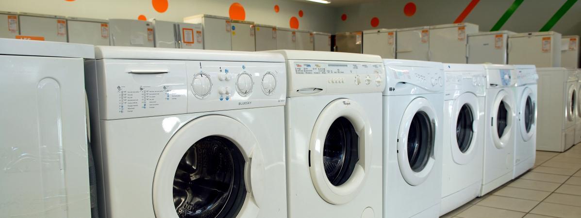 Des machines à laver dans un magasin d'électroménager. (illustration)