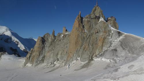 VIDEO. Remontées mécaniques instables, randonnées réduites et glaciers qui fondent... Les conséquences du réchauffement climatique dans les Alpes
