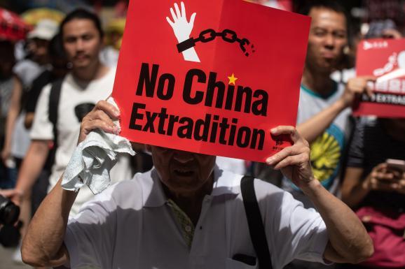 """Le slogan \""""Non à l\'extradition\"""" est brandi dans la manifestation du 9 juin 2019, dans les rues de Hong Kong."""