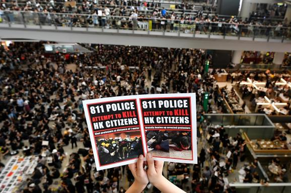 Pour protester contre le projet de loi d\'extradition et les violences policières, les manifestants hongkongais envahissent l\'aéroport de Hong Kong, le 12 août 2019.