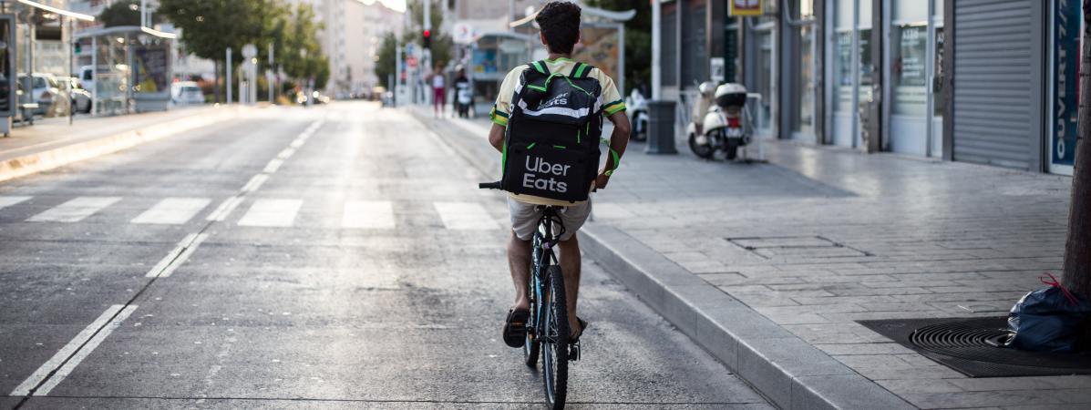 Un livreur travaillant pour l\'application de livraison de repas Uber Eats à Toulon (Var), le 21 juillet 2019.
