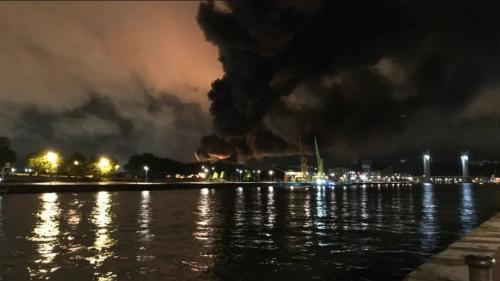 DIRECT. Incendie à Rouen : les établissements scolaires fermés dans 13 communes, les habitants qui vivent à proximité de l'usine invités à rester chez eux