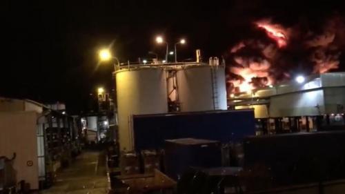 VIDEO. L'incendie dans une usine à Rouen provoque de multiples explosions et dégage un important panache de fumée