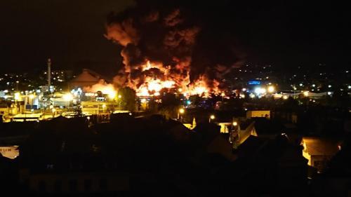 """""""J'étais en face de ce gros nuage noir"""" : À Rouen, des habitants s'inquiètent face à l'immense incendie dans une usine Seveso"""