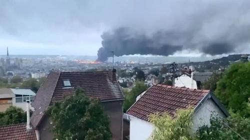 """DIRECT. Incendie dans un site Seveso à Rouen : """"Plus de 200 pompiers sont toujours mobilisés"""" indique le préfet"""
