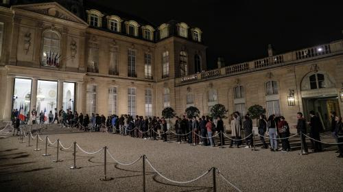 EN IMAGES. Des centaines d'anonymes affluent à l'Elysée pour rendre hommage à Jacques Chirac