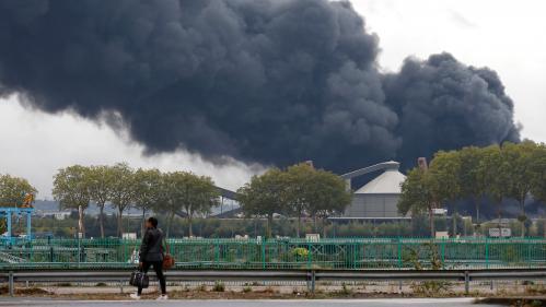 """""""Ça me pique la gorge"""" : des riverains s'inquiètent après l'incendie de l'usine Lubrizol à Rouen"""