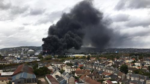 """DIRECT. Incendie dans une usine à Rouen : """"Le feu est circonscrit, pas éteint"""", indiquent les pompiers"""
