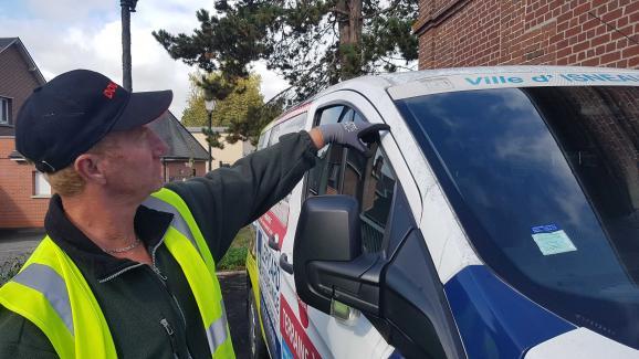 Un employé d\'Isneauville montre une trace de suie sur un véhicule de la mairie, vendredi 27 septembre 2019.