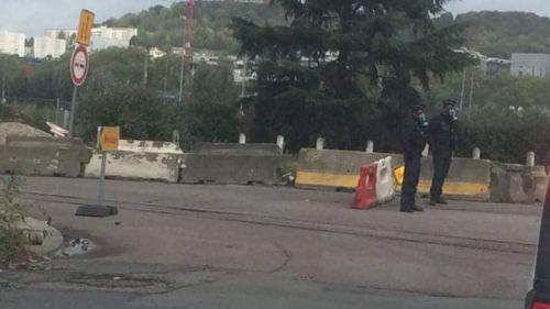 Après l'incendie de Lubrizol à Rouen, la population s'interroge devant des gendarmes équipés de masques à gaz