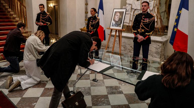 Des personnes signent les registres de condoléances en hommage à Jacques Chirac, à l\'Elysée (Paris), le 26 septembre 2019.