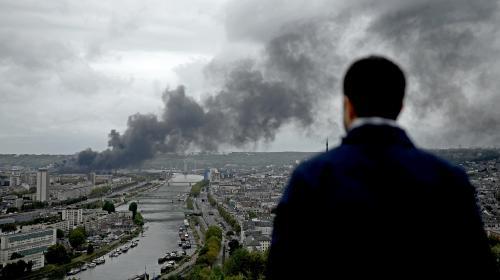 Incendie de l'usine Lubrizol de Rouen : ce que l'on sait (et ce que l'on ignore encore) cinq jours après le sinistre