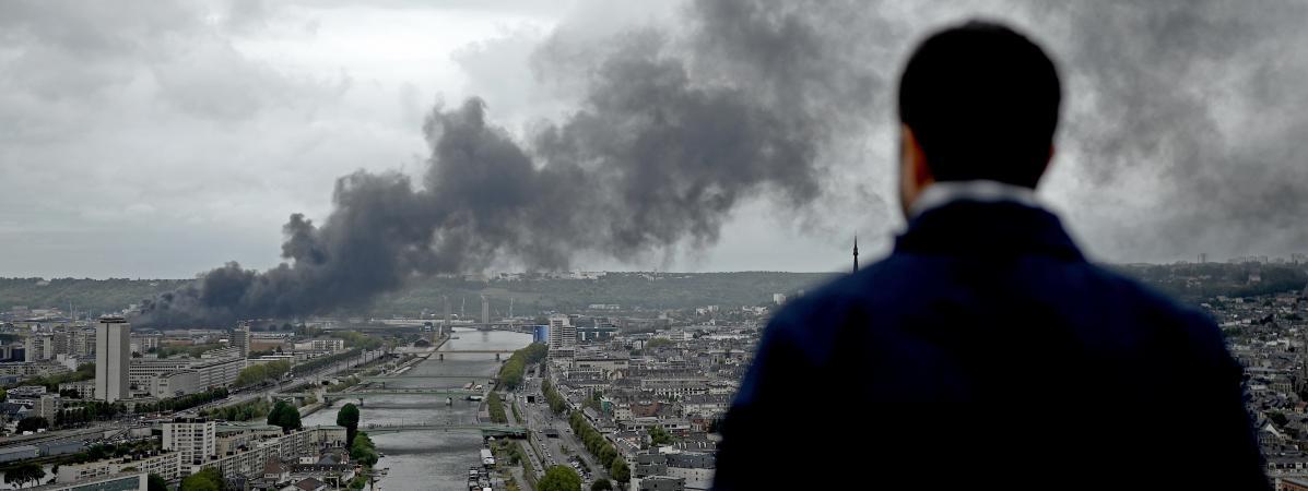 L\'incendie de l\'usine Lubrizol de Rouen a provoqué un important panache de fumée, le 26 septembre au-dessus de la ville.