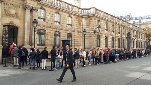 """""""Merci, M. le Président"""": des milliers de personnes ont signé les registres de condoléances pour Jacques Chirac à l'Élysée"""