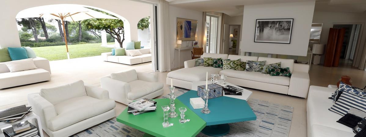 Danièle Thomson nous fait visiter la maison de son père, Gérard Oury, mise en vente à Saint-Tropez