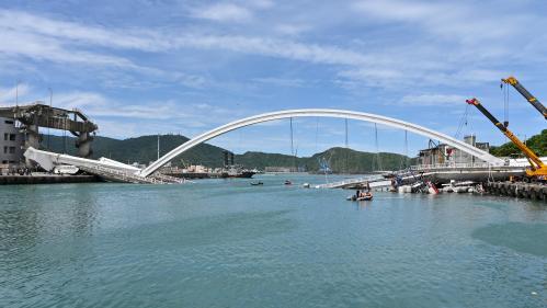 VIDEO. Taïwan : un pont de 140 mètres de long s'effondre sur des bateaux de pêche