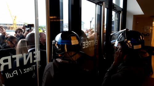"""""""Vous nous prenez pour qui ?"""": à Rouen, le préfet interpellé par les élus et les manifestants après l'incendie de Lubrizol"""