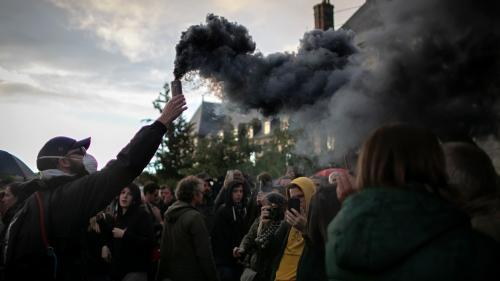 """""""Les informations ne sont ni complètes, ni sincères!"""": après l'incendie de l'usine Lubrizol, les habitants manifestent face à la préfecture"""