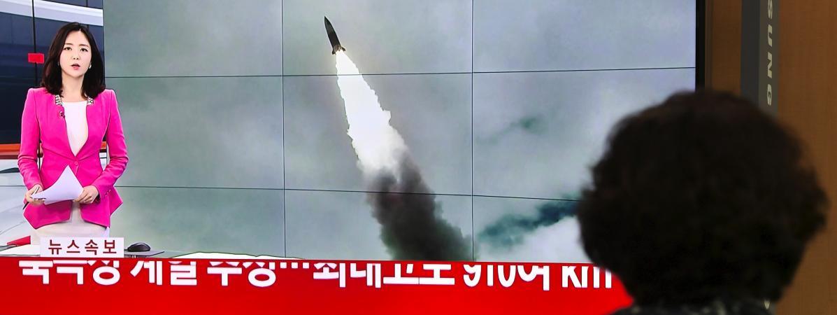 Une passante regarde une chaîne de télévision sud-coréenne évoquer le nouveau tir de missile effectué par Pyongyang, le 2 octobre 2019 à Séoul (Corée du Sud).