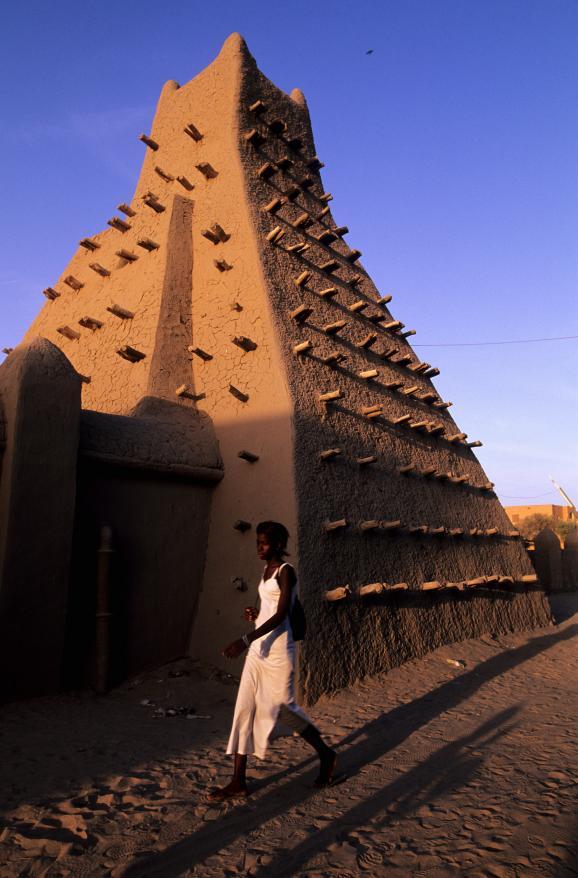 La mosquée de Sankoré à Tombouctou (Mali), bâtie au XIVe siècle. Au XVIe, l'imam Al Aqib fit démolir le sanctuaire et le fit reconstruire en lui donnant les dimensions de la Kaaba de la Mecque. L\'édifice a été classé en 2008 au Patrimoine mondial de l\'Unesco.