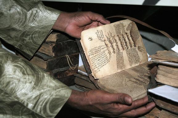 """Un précieux manuscript ancien de Tombouctou (photo prise le 1er février 2013). Ces écrits en arabe ont été rédigés en général aux XVe et XVIe siècles. \""""Dotée de la prestigieuse université coranique de Sankoré et d\'autres medersa, Tombouctou était aux XVe et XVIe siècles une capitale intellectuelle et spirituelle et un centre de propagation de l\'islam en Afrique\"""", explique l\'Unesco."""
